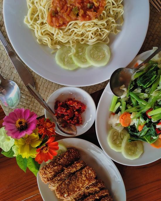 tempe_vegetable_noodles_chili_mbeliling_ecolodge_vegan